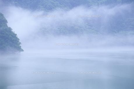 霧のダム湖の素材 [FYI00024669]