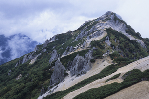 燕岳の岩肌と白い雲、Mount Tsubakuro of bare rock and white cloudsの素材 [FYI00024714]