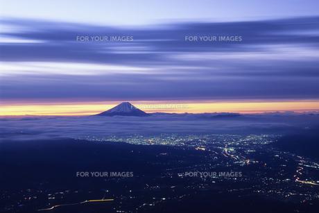 紫紺空と街明りと遠景の富士、Bluish purple sky and the city lights and the distant view of Fuji,の素材 [FYI00024727]