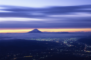 紫紺空と街明りと遠景の富士、Bluish purple sky and the city lights and the distant view of Fuji,の写真素材 [FYI00024727]