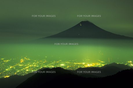 深緑に浮かぶ黒富士と街灯り、Floating in dark green Kurofuji and Gaitoriの素材 [FYI00024731]