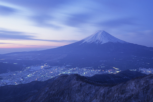 富士と富士吉田の街、Fuji Metropolitan Fujiyoshida of the city,の素材 [FYI00024733]