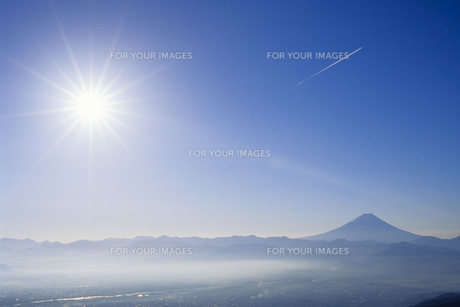 青い空に浮かぶ富士と光芒、Fuji and shaft of light that can float in the blue skyの素材 [FYI00024739]