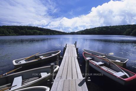 湖に浮かぶボート、Boat floating in the lake,の写真素材 [FYI00024757]