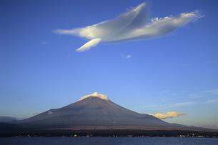 富士山と白い翼、Fuji and white wings,の写真素材 [FYI00024776]