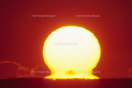お餅のような太陽、The sun, such as rice cakeの素材 [FYI00024843]
