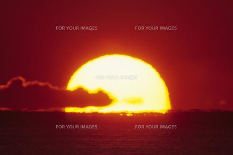 半分の日の出、Half of sunriseの素材 [FYI00024844]