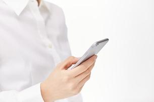 スマートフォンを使う女性の写真素材 [FYI00024918]