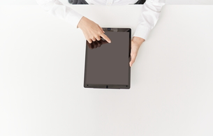 デバイスを使う女性の写真素材 [FYI00024923]