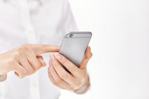 スマートフォンを使う女性の写真素材 [FYI00024925]