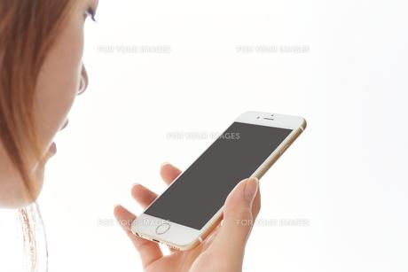 スマートフォンを使う女性の写真素材 [FYI00024939]