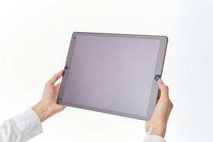 デバイスを使う女性の写真素材 [FYI00024944]