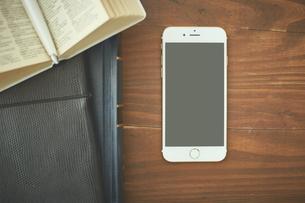 手帳とスマートフォンの写真素材 [FYI00024945]