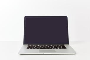 テーブルの上のパソコンの写真素材 [FYI00024950]