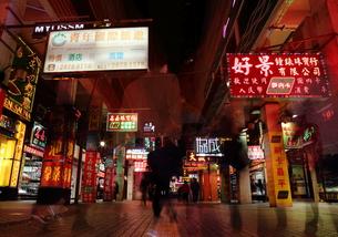 夜の香港の街中の素材 [FYI00024971]