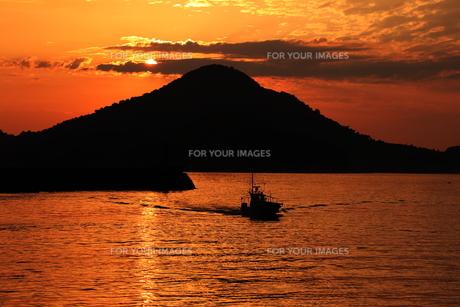 日没と山と船の素材 [FYI00024989]