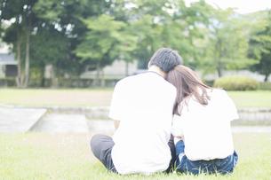 肩に寄り添うカップルの素材 [FYI00024997]