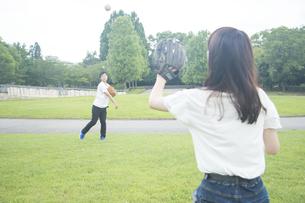 キャッチボールするカップルの素材 [FYI00025001]