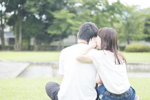 耳打ちするカップルの素材 [FYI00025004]
