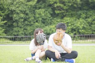グローブで顔を隠すカップルの写真素材 [FYI00025011]