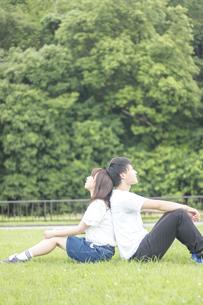 背中合わせでぬくもりを感じるカップルの素材 [FYI00025015]
