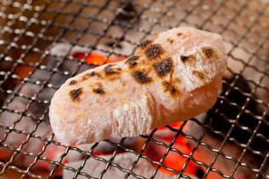 炭火で焼く餅の写真素材 [FYI00025077]