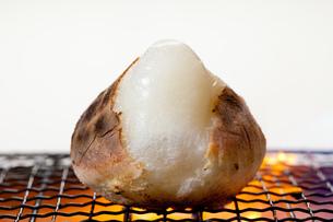 炭火で焼く餅の写真素材 [FYI00025089]