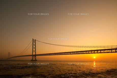 明石海峡大橋の日の出の素材 [FYI00025098]