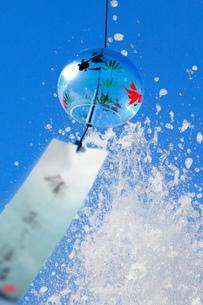 風鈴と水しぶきの素材 [FYI00025207]