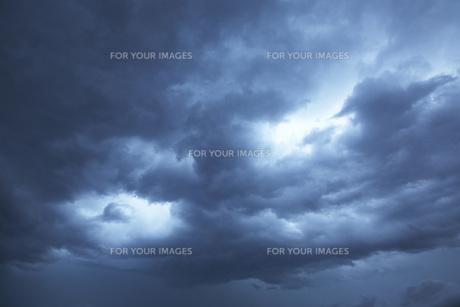 近づく雨雲の素材 [FYI00025269]