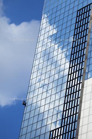 ビルに映る雲の素材 [FYI00025322]