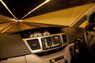 トンネル走行の車内の写真素材 [FYI00025353]