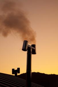 田舎暮らしの煙突と煙の写真素材 [FYI00025384]