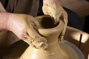 ろくろを回す陶芸家の写真素材 [FYI00025392]