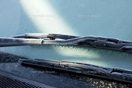 凍る車のフロントガラスの素材 [FYI00025398]