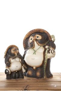 信楽焼の親子狸の写真素材 [FYI00025468]