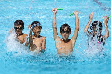 プールで遊ぶ元気な子供達の素材 [FYI00025489]