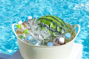 プールサイドで冷やすスイカと飲料水の素材 [FYI00025496]