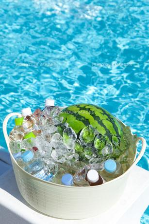 プールサイドで冷やすスイカと飲料水の素材 [FYI00025499]