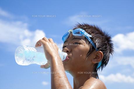 水分補給をする子供の素材 [FYI00025503]