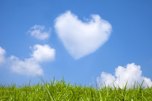 草原とハートの雲の素材 [FYI00025521]