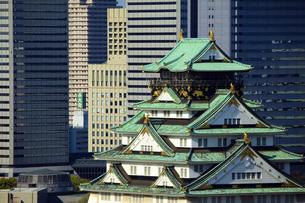 ビル背景の大阪城天守閣の素材 [FYI00025551]