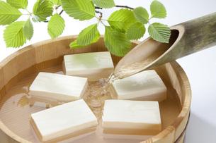 桶で冷やす豆腐の写真素材 [FYI00025561]