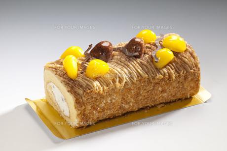 マロンロールケーキの写真素材 [FYI00025573]