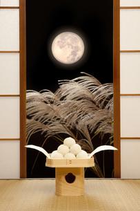 月見団子と満月の写真素材 [FYI00025664]