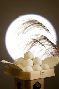月見団子と満月の写真素材 [FYI00025678]
