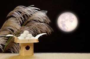 月見団子と満月の写真素材 [FYI00025681]