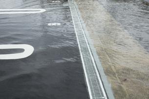 駐車場に溢れる水の写真素材 [FYI00026131]