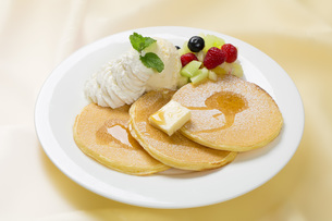 パンケーキのフルーツ添えの写真素材 [FYI00026188]
