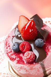 バレンタイン苺チョコケーキの写真素材 [FYI00026285]